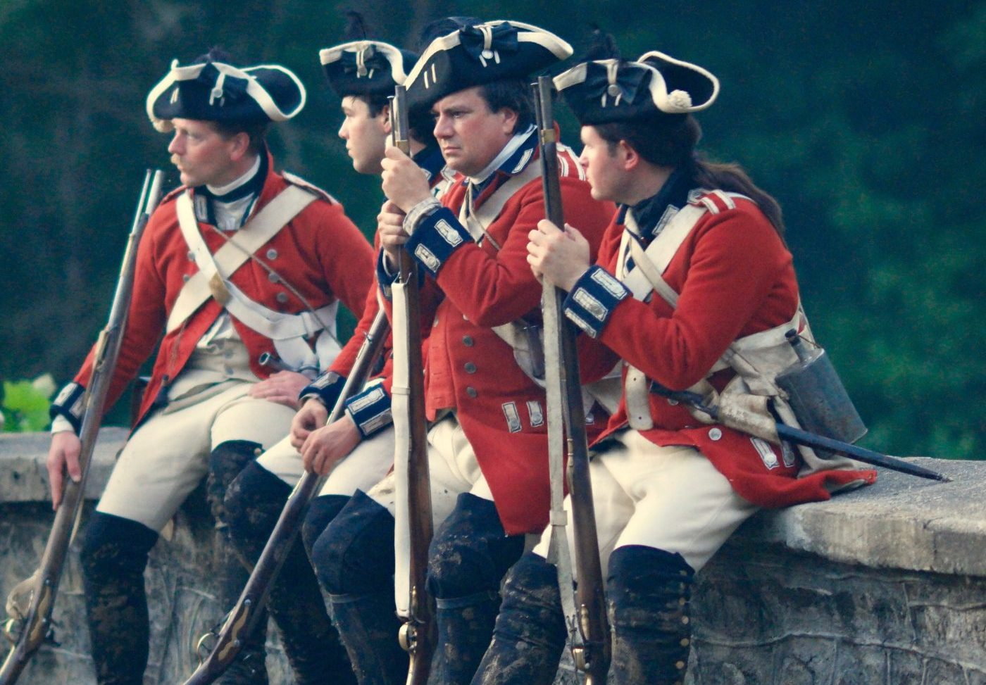 American revolutionary soldiers sitting and chatting